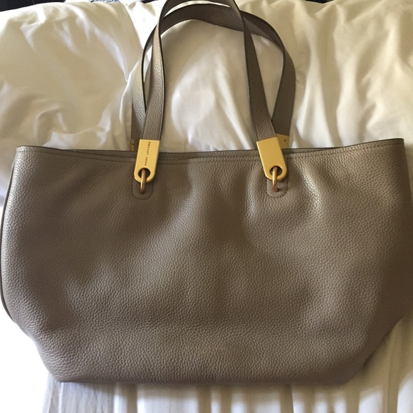 011c61d93988 Marc Jacobs  Pike Place  East West Leather Tote. M 5ad7e64550687cd5dc63661d
